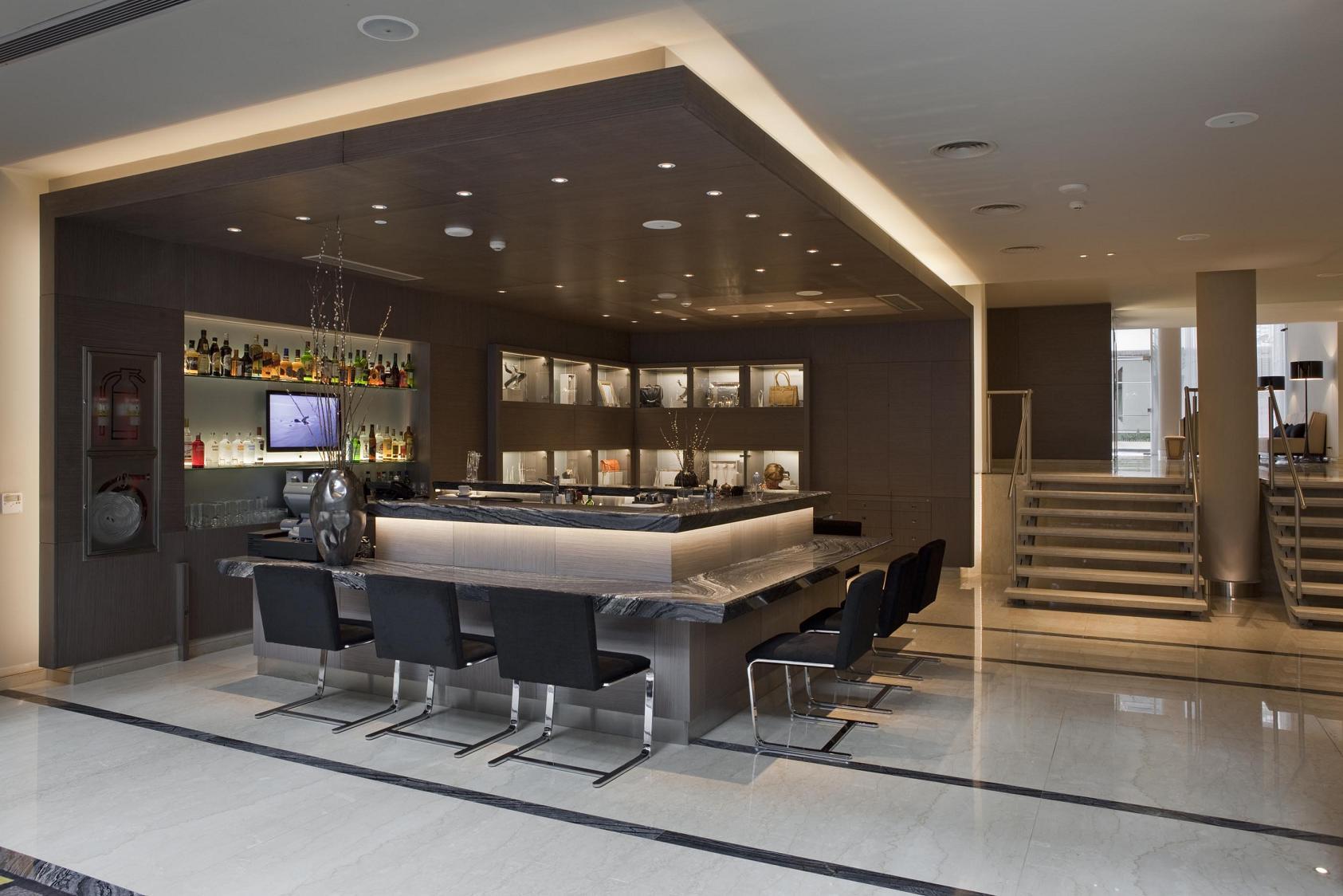 Con una cuidadosa selección de materiales como madera y mármol, Spodek Arquitectos decoró los espacios comunes