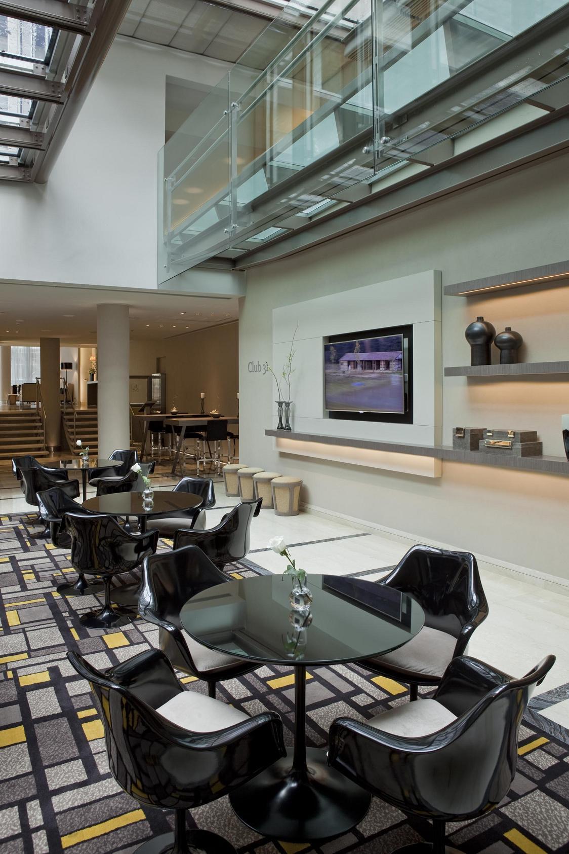 En el Buenos Aires Grand Hotel se buscó la continuidad de los espacios y la luz cenital en la planta baja