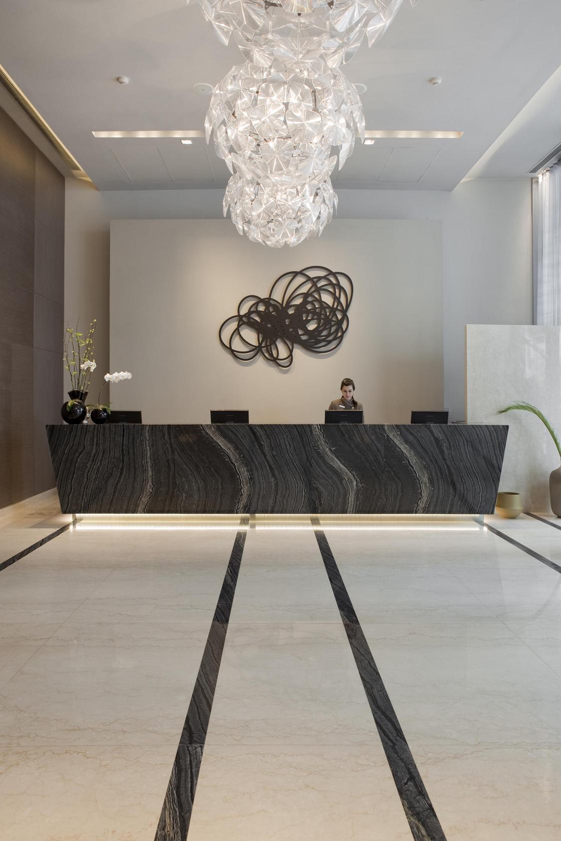 La espacialidad y los detalles artísticos en el lobby del Buenos Aires Grand Hotel