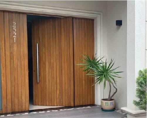 Puertas en madera maciza – a medida – Nordelta – Grupo Forestal